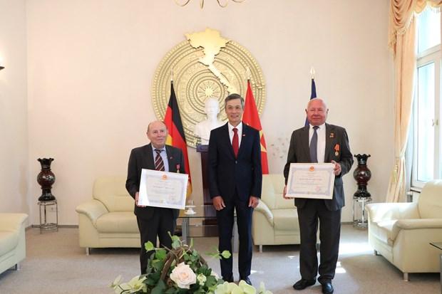 Remise de distinctions honorifiques a deux citoyens allemands hinh anh 1