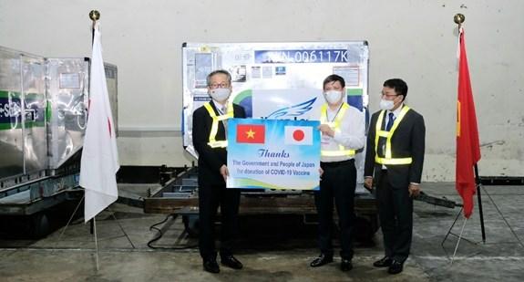 Pres d'un million de doses de vaccin AstraZeneca fournies par le Japon arrivent au Vietnam hinh anh 2