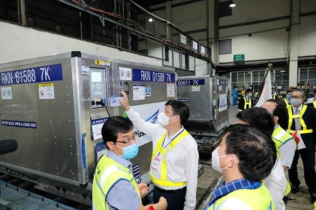 Pres d'un million de doses de vaccin AstraZeneca fournies par le Japon arrivent au Vietnam hinh anh 3