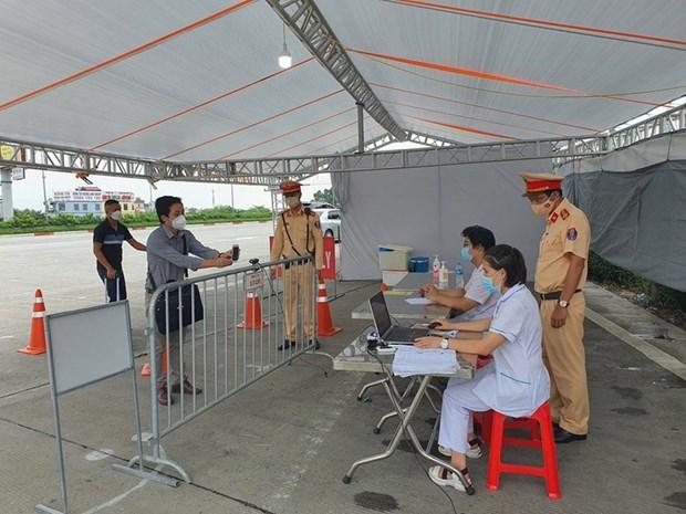COVID-19: installation de cameras de scannage de QR codes aux points de controle a Hanoi hinh anh 1