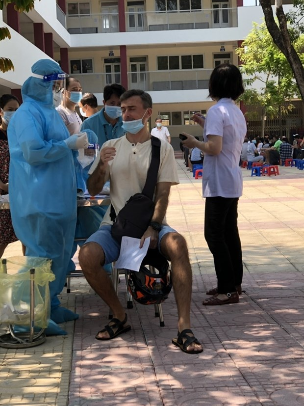 Vaccination anti-COVID-19 pour des residents etrangers a Hanoi hinh anh 2