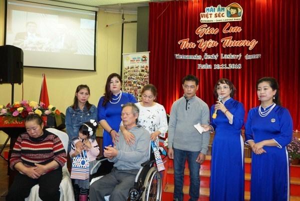 Une association philanthropique au sein de la communaute des Vietnamiens en R. tcheque hinh anh 1