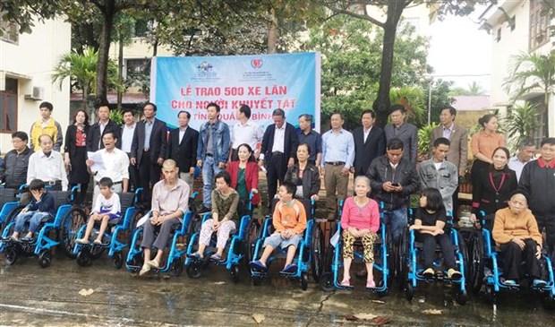 Une organisation americaine offre 500 fauteuils roulants a des handicapes de Quang Binh hinh anh 1