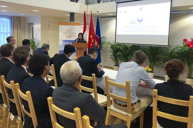 Le Vietnam a une table ronde sur le changement climatique et la securite aux Pays-Bas hinh anh 1