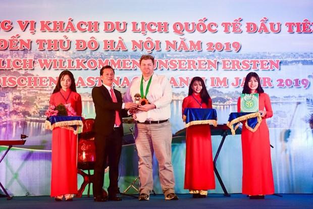 2019 : Accueil des premiers touristes etrangers a Hanoi, a HCM-Ville et a Thua Thien-Hue hinh anh 1