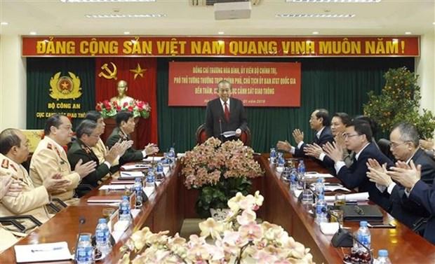 Tet : Le vice-Premier ministre permanent rend visite au ministere de la Securite publique hinh anh 1