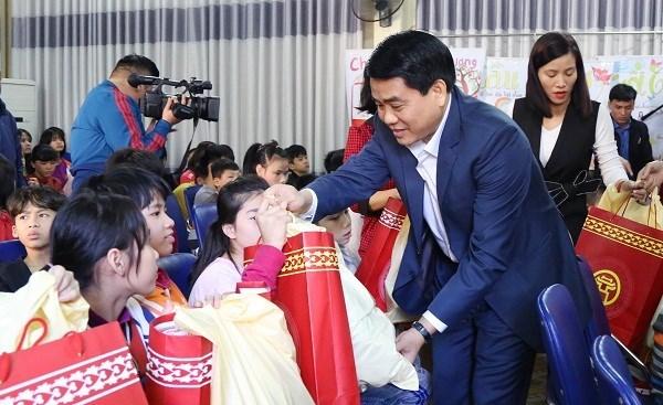 Des autorites de Hanoi offrent des cadeaux du Tet hinh anh 1