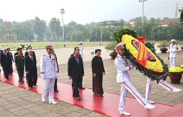 Le 27 juillet : les dirigeants du Parti et de l'Etat rendent hommage aux morts pour la Patrie hinh anh 1