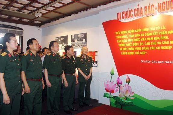 """Ouverture de l'exposition """"Testament du President Ho Chi Minh – Une lumiere qui guide » hinh anh 1"""