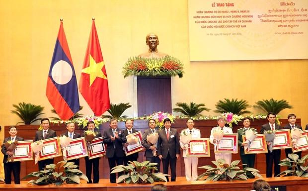 Le Laos decore des collectivites et responsables de l'Assemblee nationale vietnamienne hinh anh 1