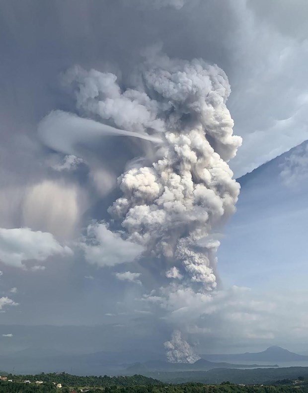 Philippines : le volcan Taal menace, entrainant evacuations et annulations de vols hinh anh 1
