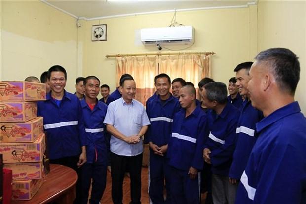 Des cadeaux du Tet a des suspects et prisonniers vietnamiens au Laos hinh anh 1