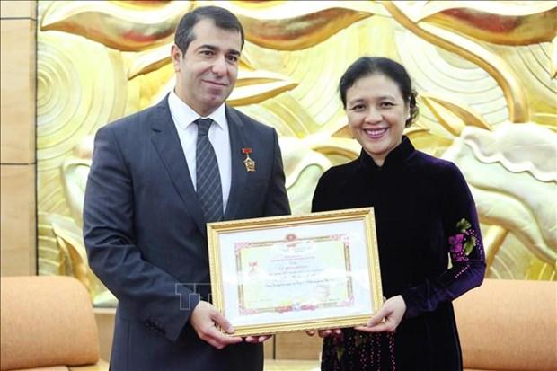 L'insigne « Pour la paix, l'amitie entre les peuples » a l'ambassadeur d'Azerbaidjan au Vietnam hinh anh 1