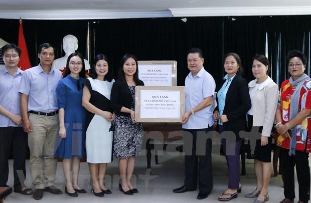 COVID-19 : Remise de 75.000 masques medicaux a la communaute vietnamienne au Laos hinh anh 1