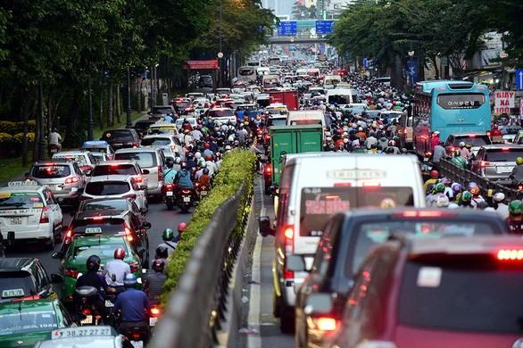Construction d'une route pour faciliter la circulation autour de l'aeroport de Tan Son Nhat hinh anh 1