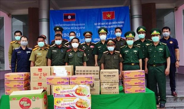 COVID-19 : Quang Nam offre du materiel medical a Sekong (Laos) hinh anh 1