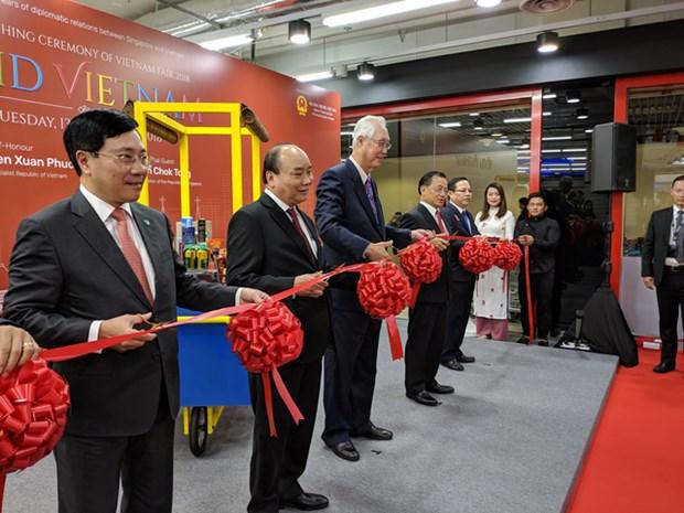 Le PM Nguyen Xuan Phuc inaugure la semaine des produits vietnamiens a Singapour hinh anh 1