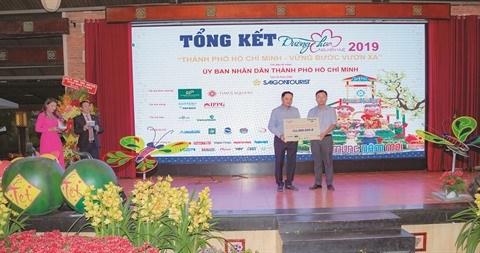 HCM-Ville: Gains de la rue florale Nguyen Hue au profit des eleves pauvres hinh anh 1