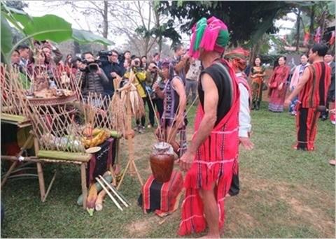 A la decouverte des particularites culturelles des Ta Oi hinh anh 1