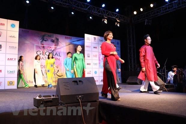 L'ao dai presente a un evenement mondial de la mode en Inde hinh anh 1