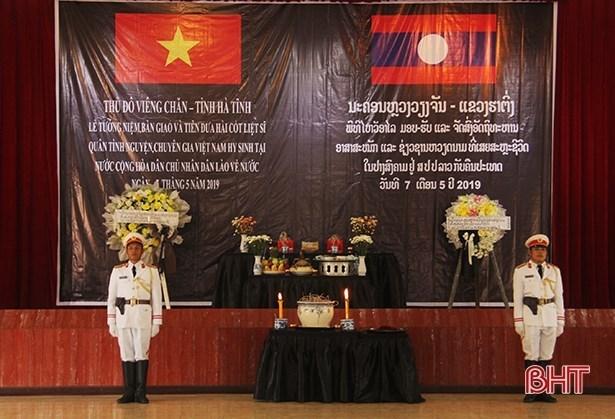 Des restes de soldats volontaires et d'experts vietnamiens rapatries du Laos  hinh anh 1