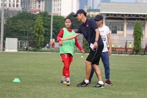 Football feminin: le Japonais Akira forme des jeunes vietnamiennes hinh anh 1