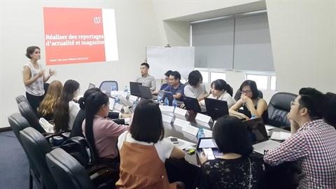 Hanoi: Seize journalistes francophones a l'atelier de formation au reportage hinh anh 1