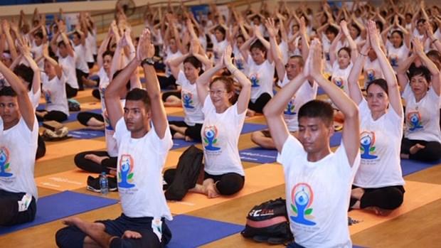 Pres de 1 000 personnes pratiquent le yoga ensemble a Hanoi hinh anh 1
