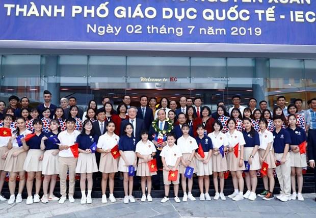 Le Premier ministre visite la Cite de l'education internationale de Quang Ngai hinh anh 1