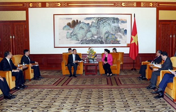 La presidente de l'AN rencontre des hommes d'affaires chinois a Pekin hinh anh 1