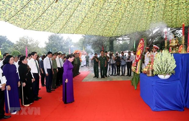 La presidente de l'AN assiste a la ceremonie d'inhumation des restes de martyrs a Tay Ninh hinh anh 1