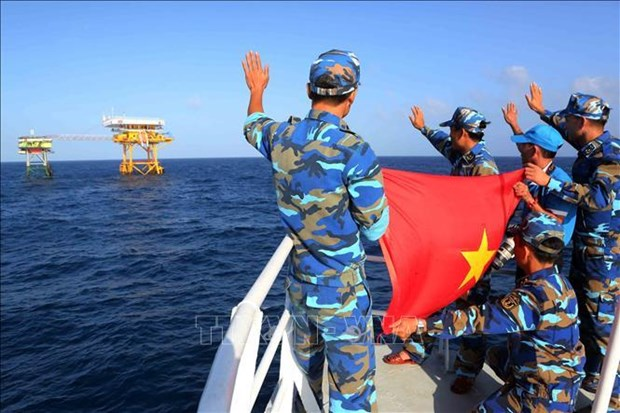 Experts indonesiens: l'ASEAN doit debattre de la question de la mer Orientale dans les forums hinh anh 1
