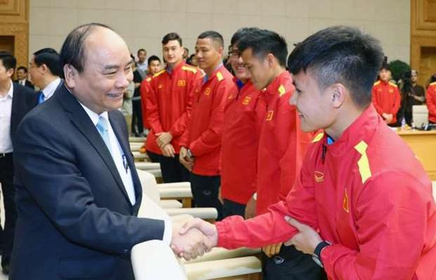 Nguyen Xuan Phuc encourage la selection nationale de football en competition en Thailande hinh anh 1
