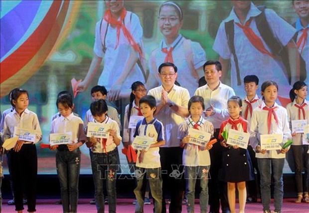 Le vice-PM Vuong Dinh Hue a une soiree de gala en soutien aux eleves demunis hinh anh 1