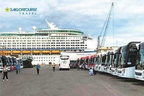 Thua Thien-Hue: Saigontourist accueille les 4.000 croisieristes du Voyager of the Seas hinh anh 1