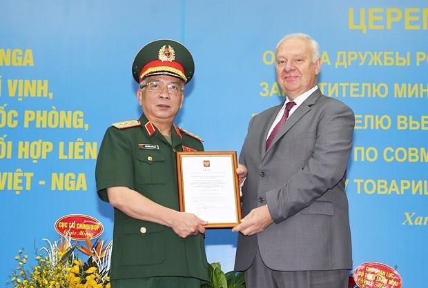 Le vice-ministre de la Defense Nguyen Chi Vinh recoit l'Ordre de l'amitie de la Russie hinh anh 1