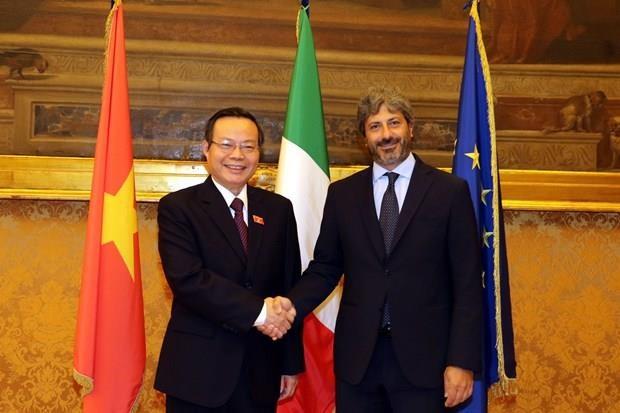 Le vice-president de l'AN Phung Quoc Hien rencontre les dirigeants de la chambre basse italienne hinh anh 1