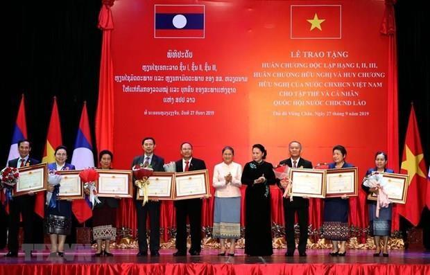 Des distinctions honorifiques de l'Etat vietnamien a des collectifs et des individus laotiens hinh anh 1
