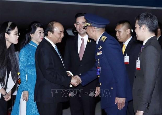 Le PM Nguyen Xuan Phuc arrive a Bangkok pour assister au 35e sommet de l'ASEAN hinh anh 1