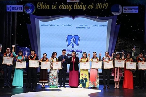Mise a l'honneur de 63 enseignants qui enseignent les eleves issus des ethnies minoritaires hinh anh 1