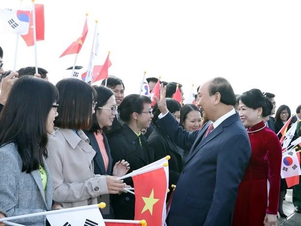 Le PM arrive a Busan pour participer au sommet commemoratif ASEAN-R. de Coree hinh anh 1