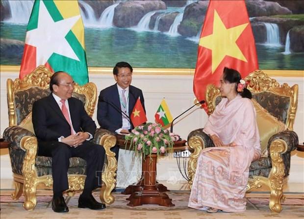 Le Premier ministre Nguyen Xuan Phuc s'entretient avec la conseillere d'Etat du Myanmar hinh anh 1