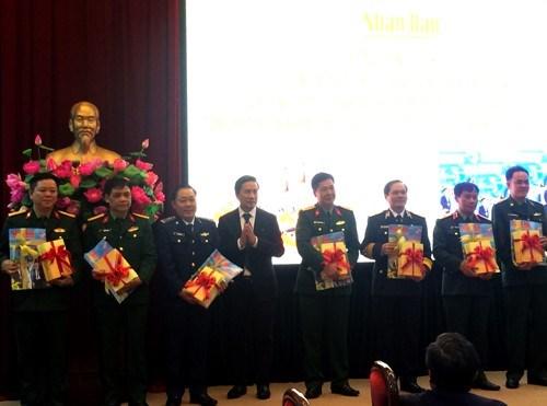 Livre sur le President et Secretaire general du Parti offert aux soldats hinh anh 1