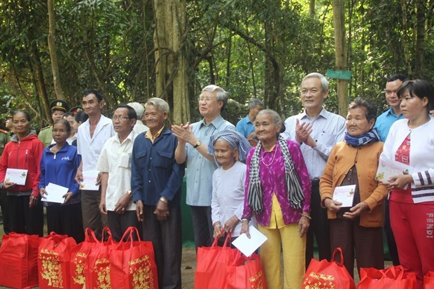 Tet : Des dirigeants offrent des cadeaux aux habitants des localites hinh anh 1