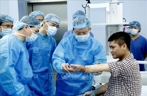Le Vietnam realise avec succes la premiere greffe de membre offert par un donneur vivant au monde hinh anh 1