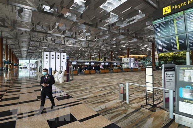 L'ambassade du Vietnam a Singapour soutient 35 citoyens coinces a l'aeroport de Changi  hinh anh 1