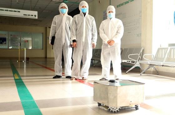 COVID-19 : Fabrication reussie de robots de desinfection des chambres d'hopital hinh anh 1