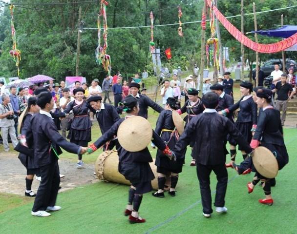 La danse au tambour des Giay hinh anh 1