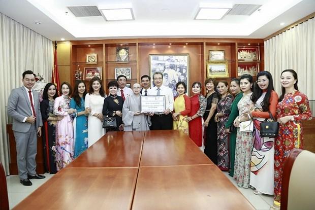COVID-19 : Des Vietnamiens en R. de Coree recoivent des fournitures medicales hinh anh 1