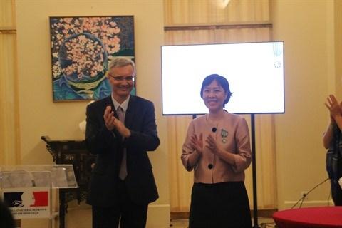 Deux Vietnamiens honores par la France hinh anh 1